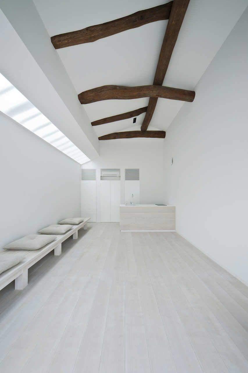 Білий в інтер'єрі коридору