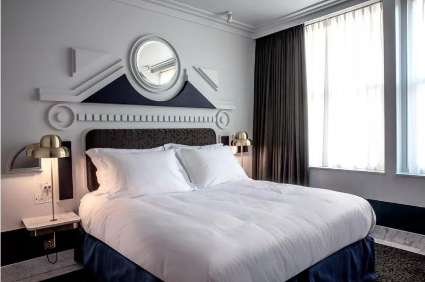 Узголів'я ліжка схоже на окремий арт-об'єкт