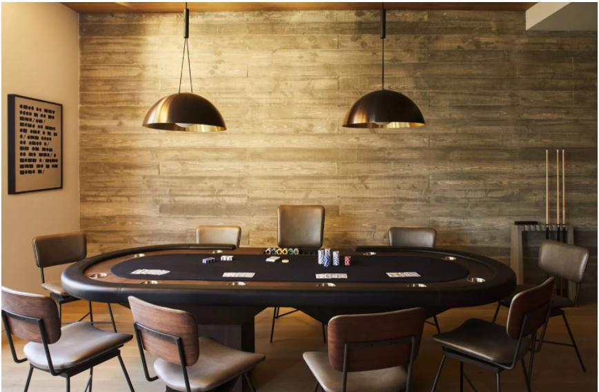 Основним в інтер'єрі став спеціальний стіл для ігор