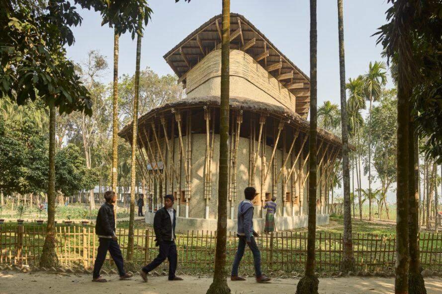 Місцеві жителі побудували стійку будівлі, використовуючи мул та бамбук / Фото Inhabit