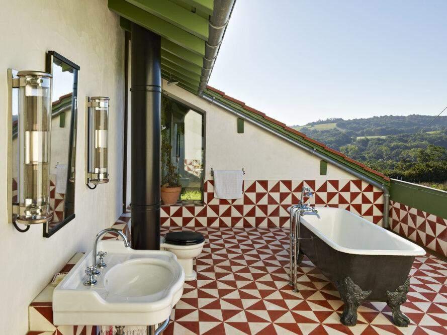 Родзинкою помешкання стала ванна на відкритому повітрі