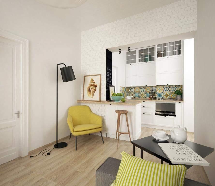 Желтое кресло в уголке для чтения