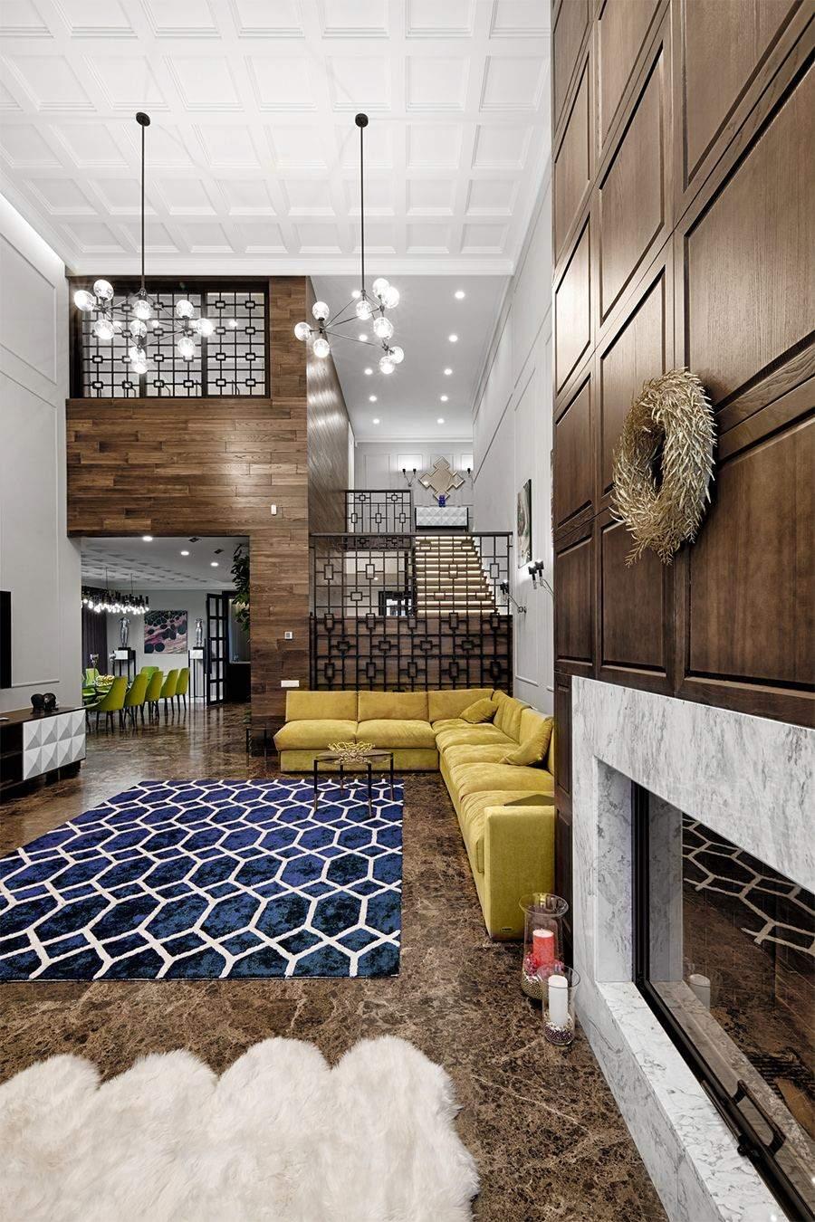 Стильная гостиная высотой два этажа