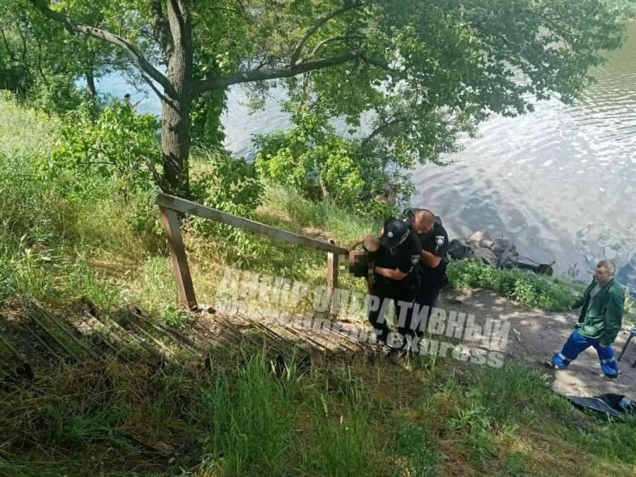 Дівчина стрибнула з моста Дніпро Поліція Швидка допомога Потерпіла