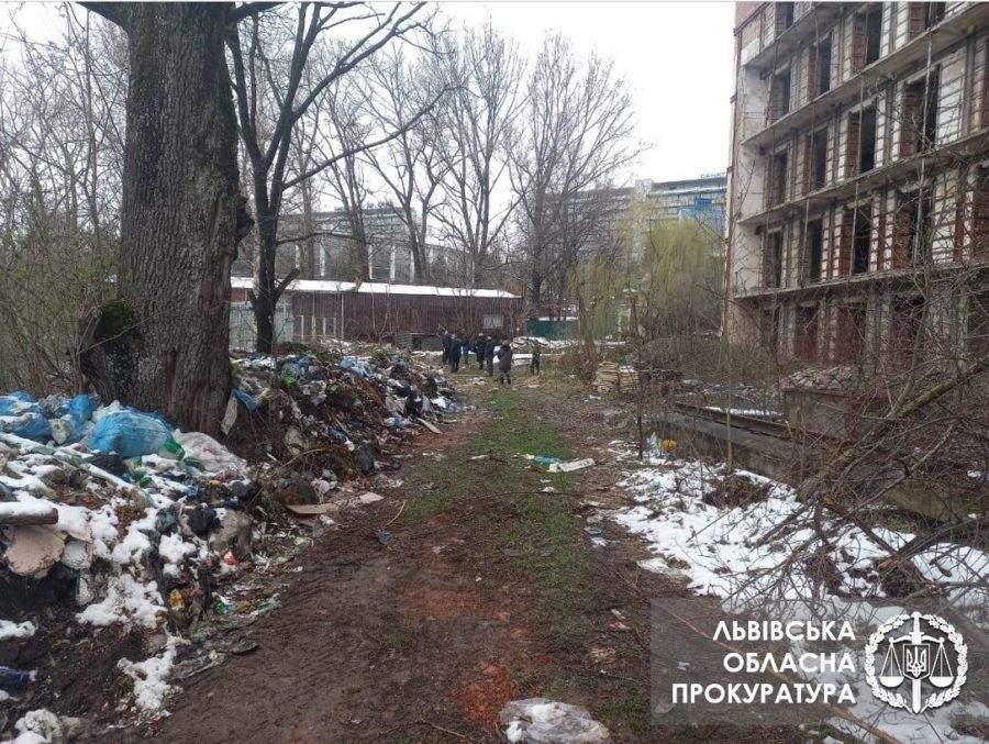 Шприци, крапельниці та пробірки: у Трускавці виявили сміттєзвалище з медичними відходами – фото