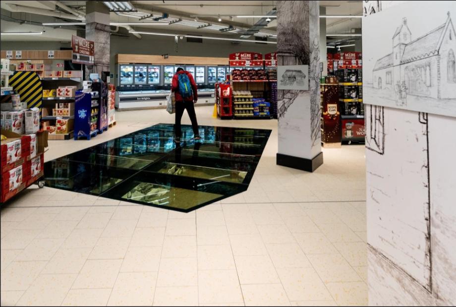 скляна підлога над руїнами