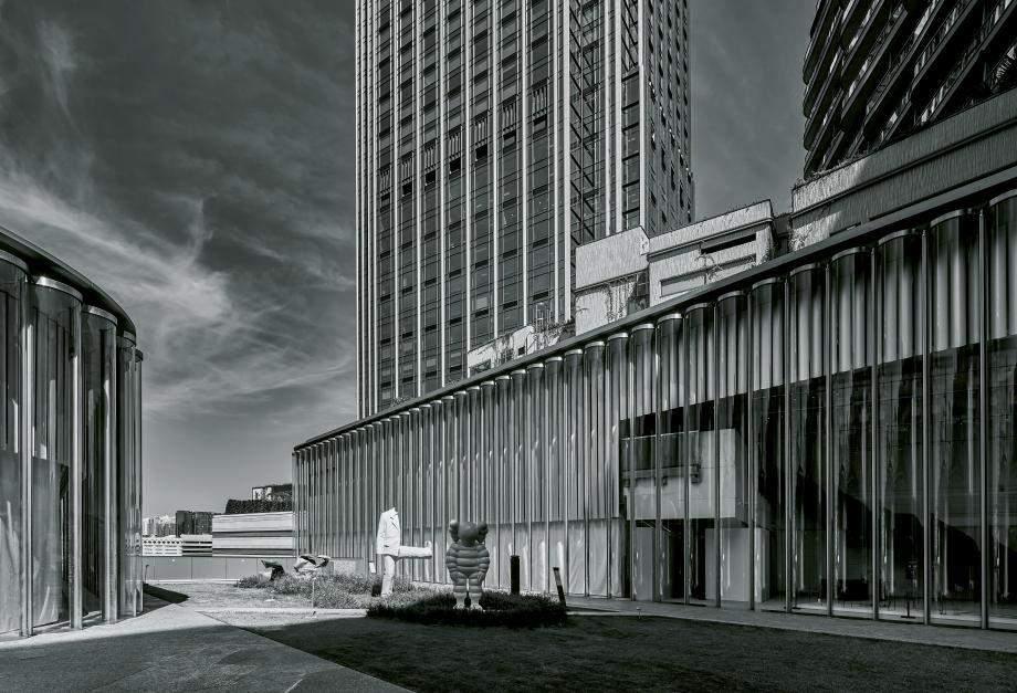 Строгий вигляд будівлі / Фото  Wallpaper
