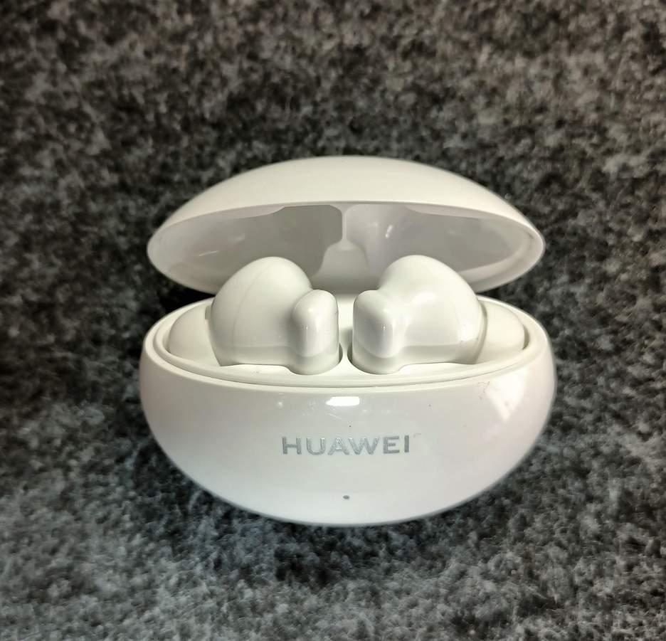 Кейс та навушники Huawei