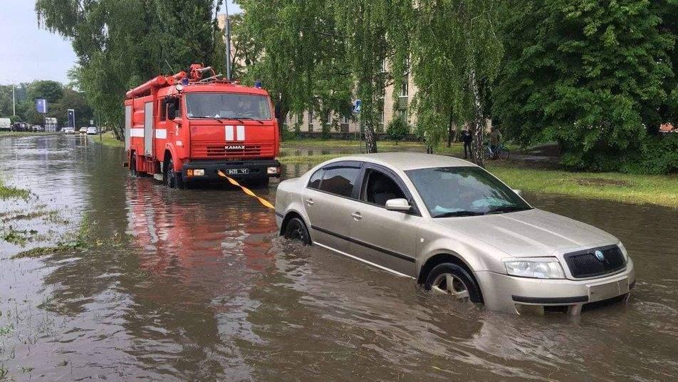 У Полтаві рятувальники евакуювали авто