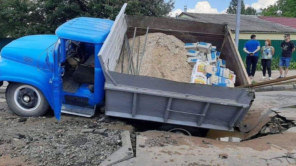 Вантажівка провалилася у Хмельницькому