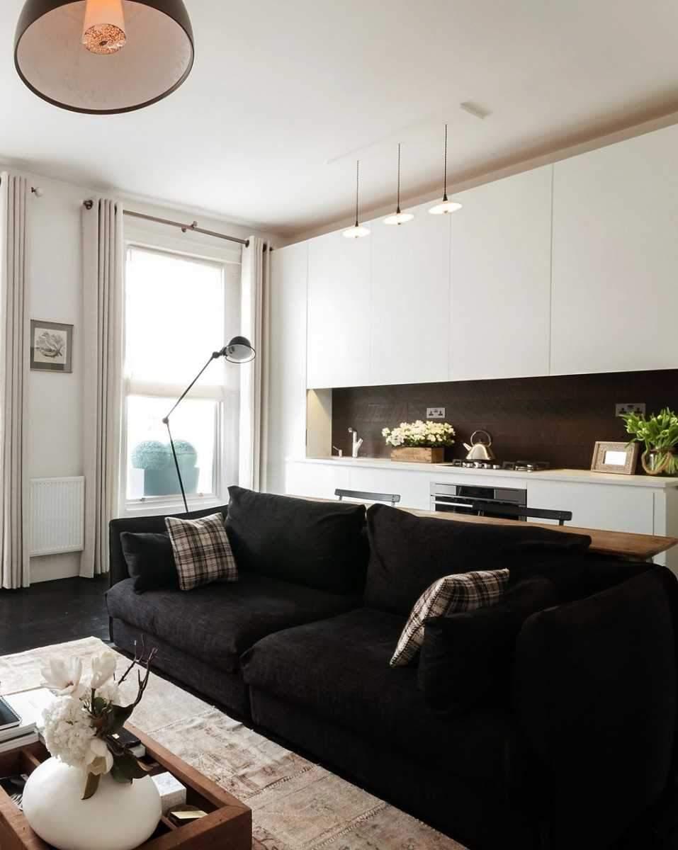 Темный диван визуально уменьшает пространство