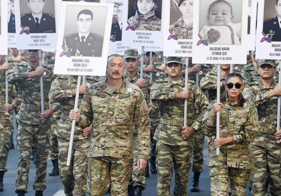 Алієв з дружиною долучилися до ходи військових