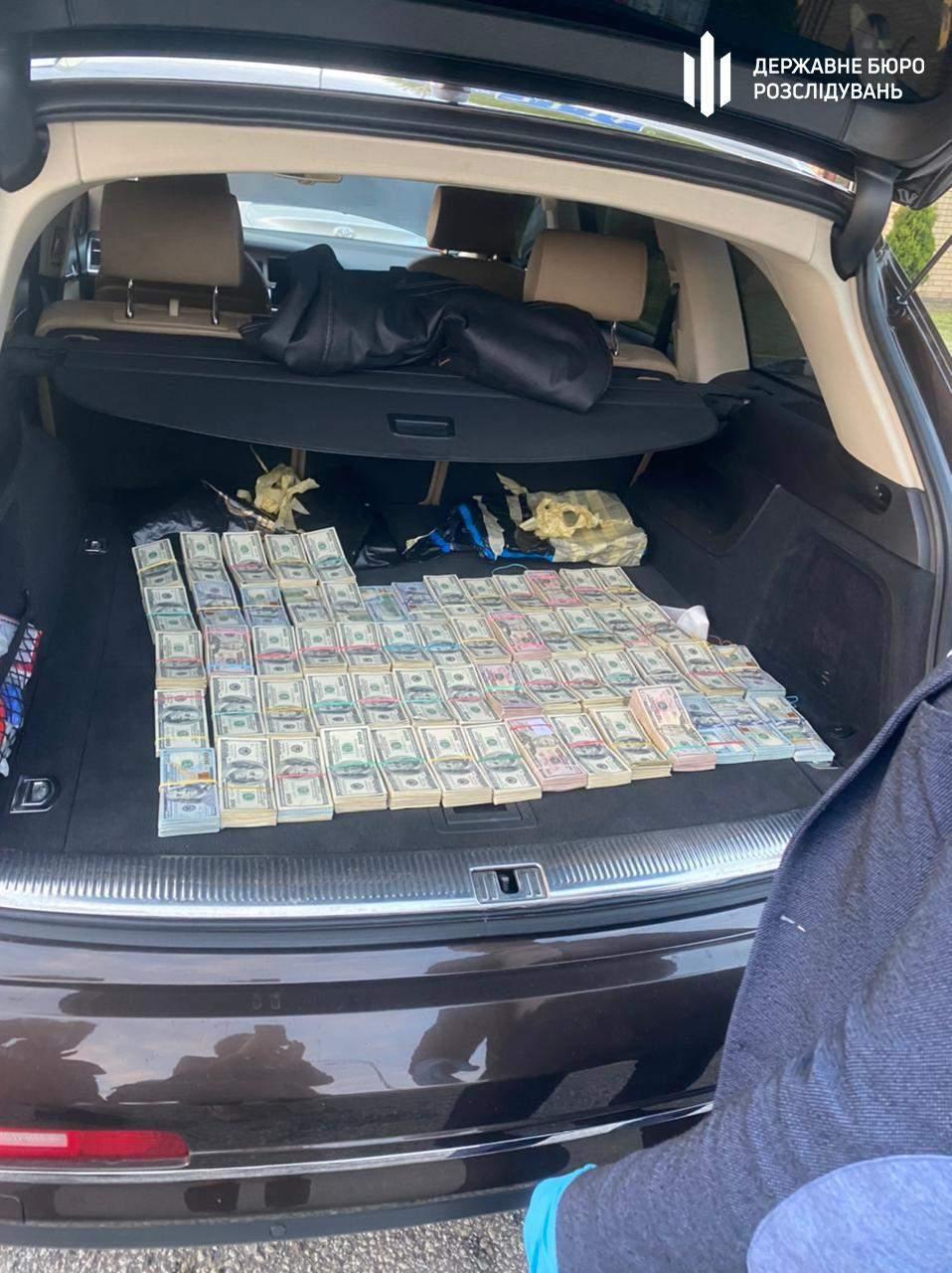У автомобілі працівника митниці вилучили кошти
