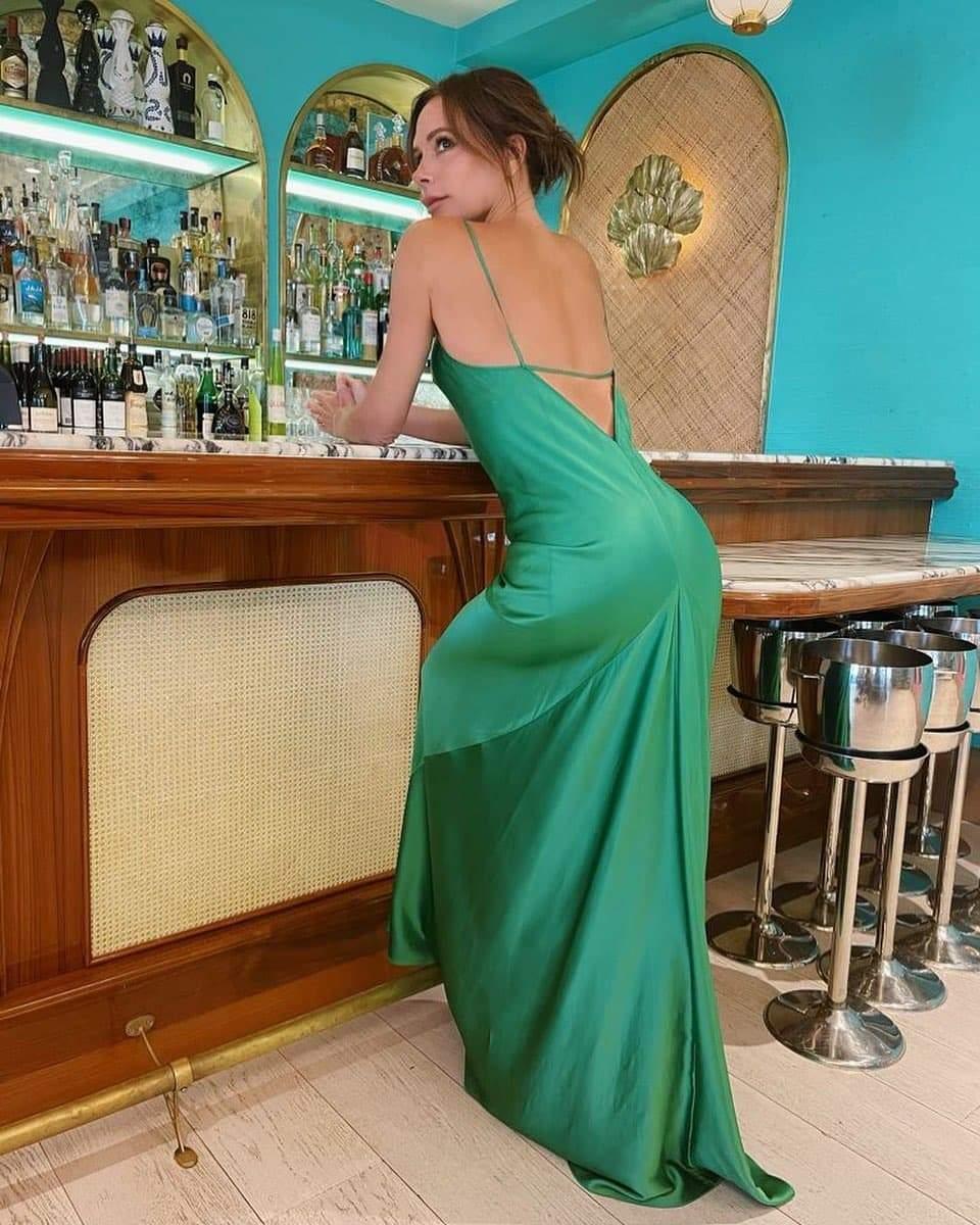Вікторія Бекхем позує у стильній сукні