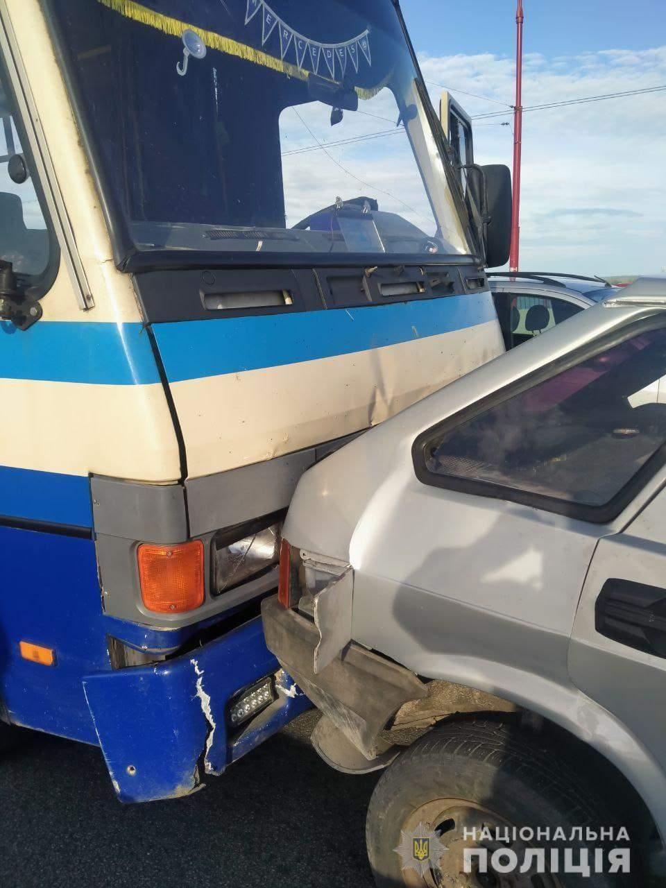 Аварія в Дніпрі на центральному мості 2 автобуси та легковик