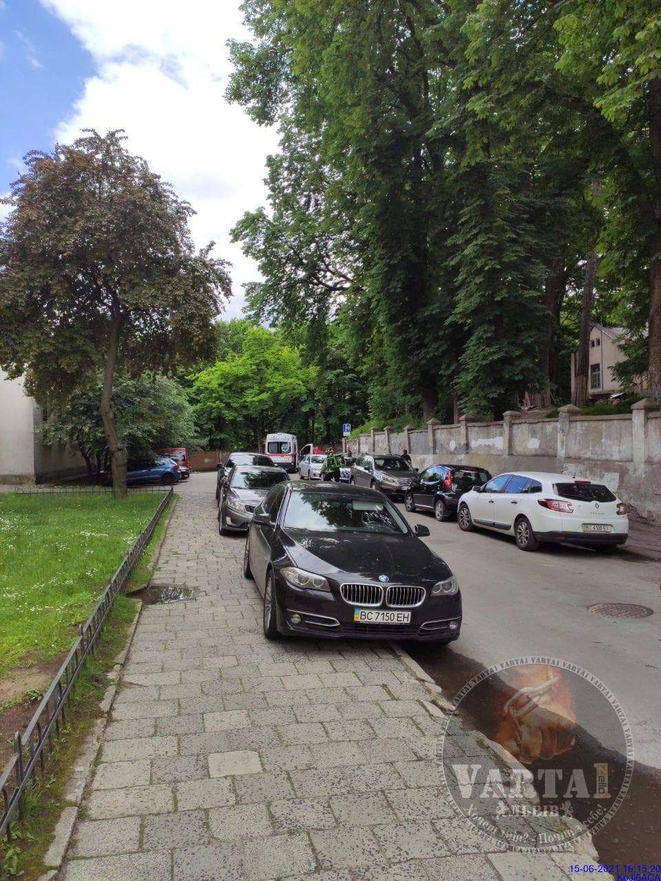 У Львові посеред вулиці знайшли небіжчика: фото