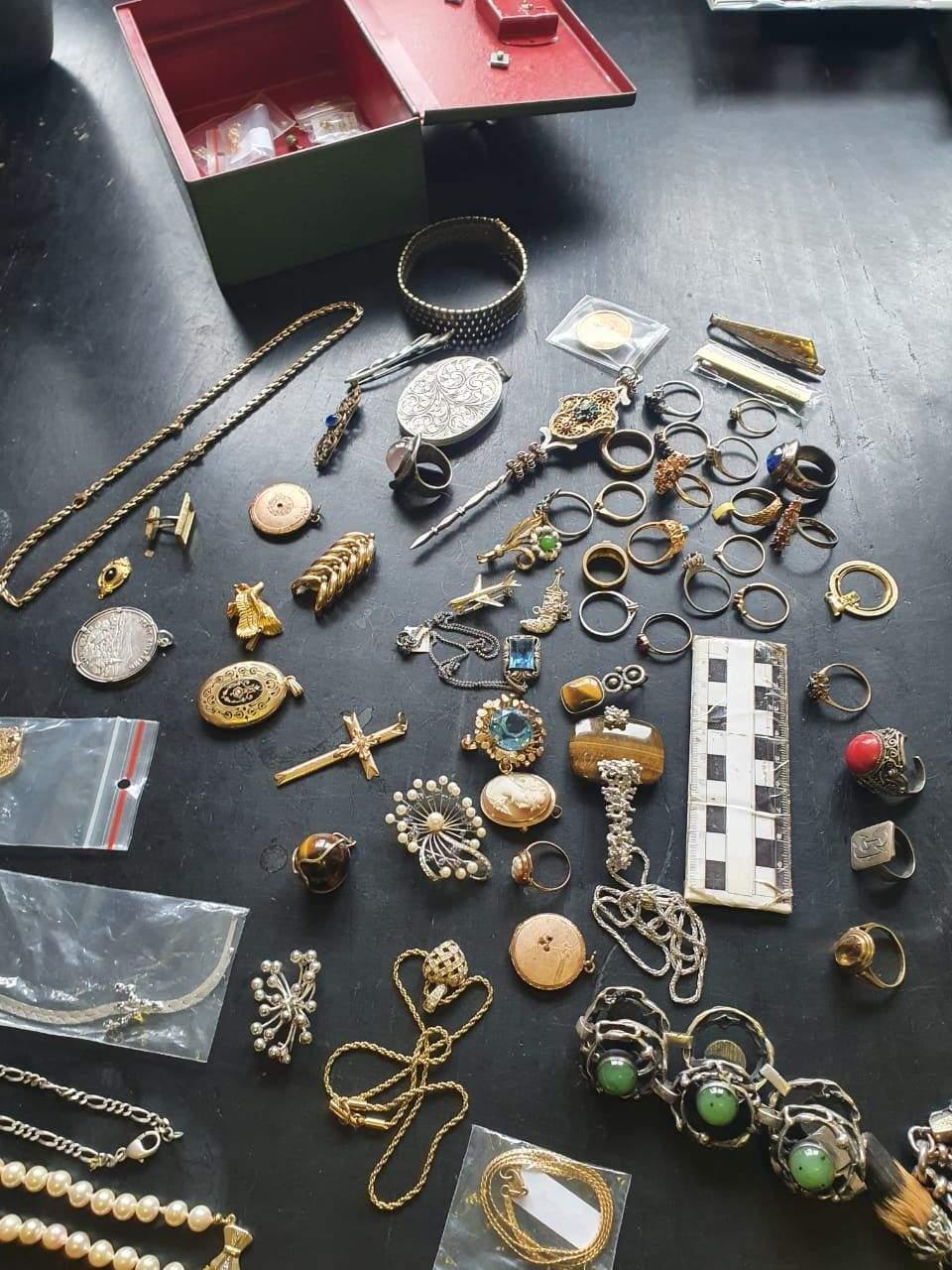 Скарби на пів мільйона гривень: львівські митники вилучили в чоловіка колекцію старовинних речей
