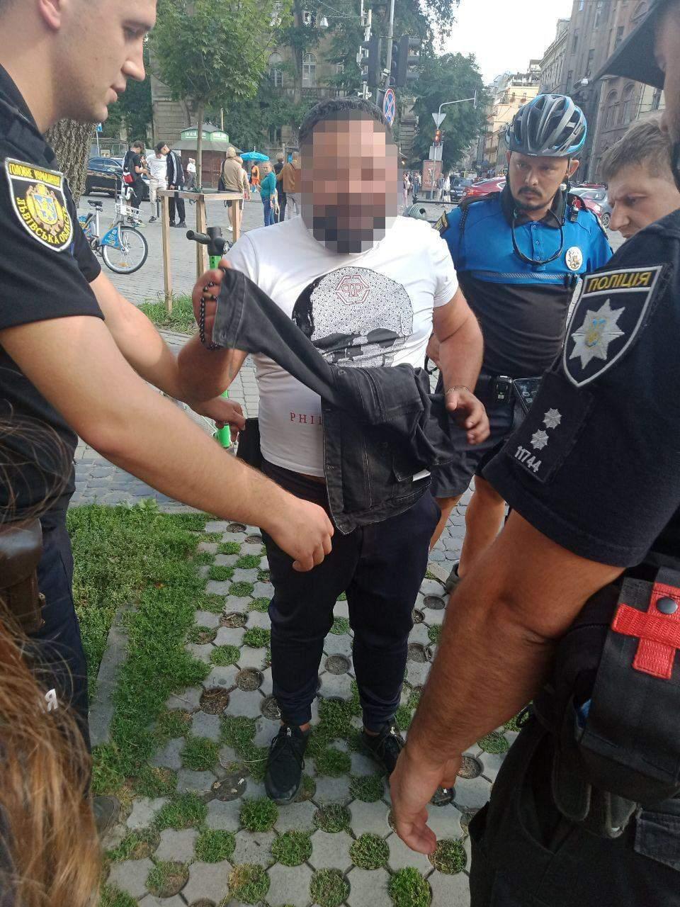 Знімав контент: львів'янин влаштував стрілянину на площі Ринок