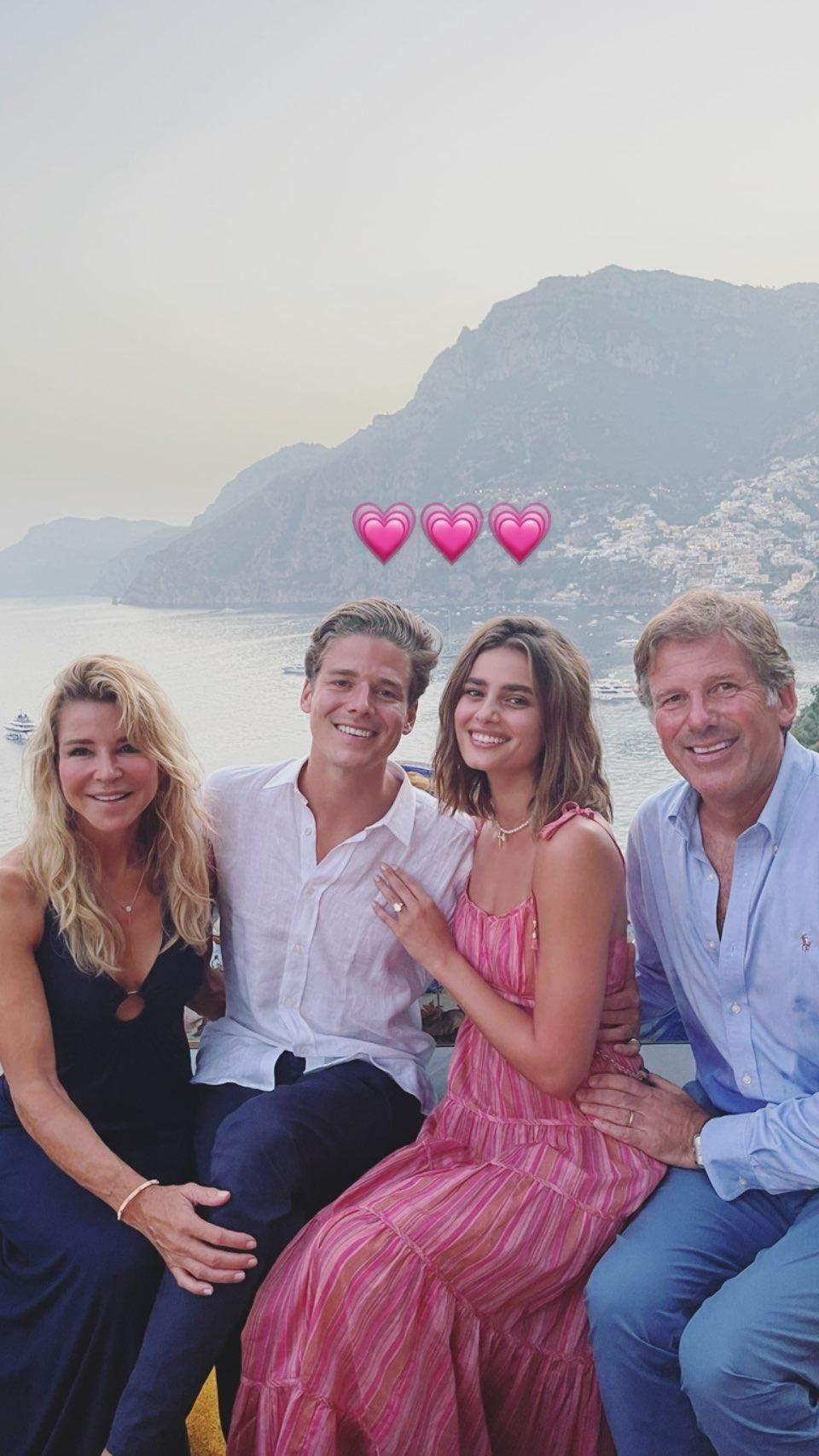 Тейлор Хілл з нареченим і його батьками