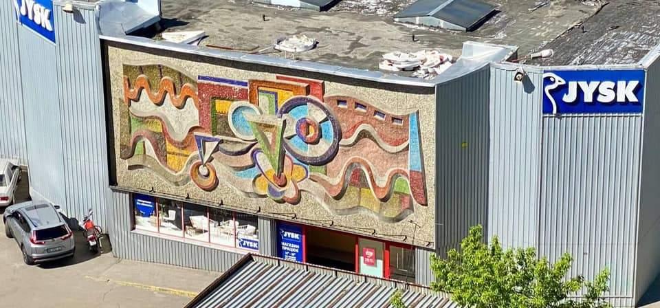 Була під вагонкою 12 років: у Львові на фасаді супермаркету відкрили унікальну мозаїку – фото
