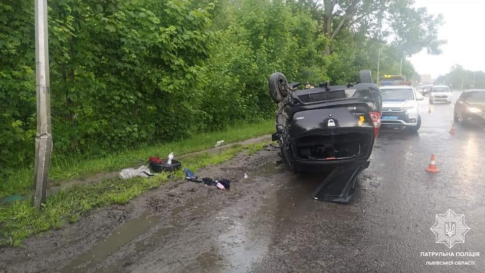 У Львові 23-річний водій під амфетаміном врізався у стовп: авто перекинулось на дах – фото