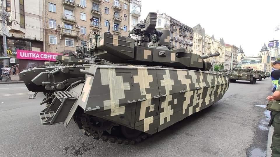 Танк обклеїли скотчем / Фото Дани Ярової