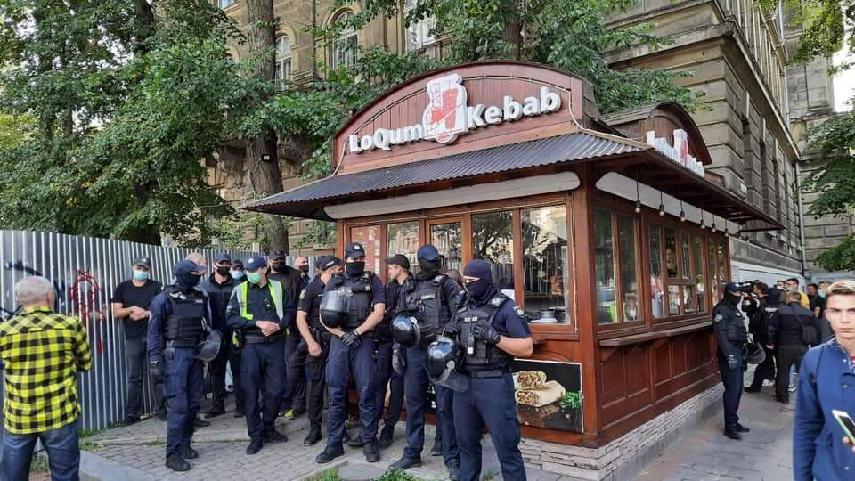 У центрі Львова під час демонтажу МАФу з шаурмою директор ринку побився з муніципалом