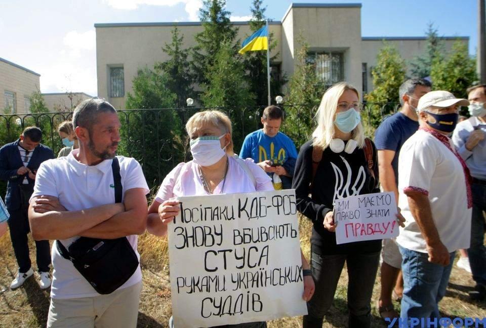 Під вікнами суду понад сто активістів