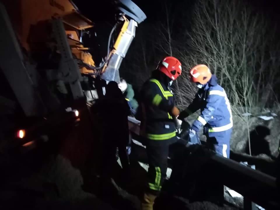 На Львівщині перекинулась вантажівка: 23 тонни бітуму могли потрапити у річку – фото