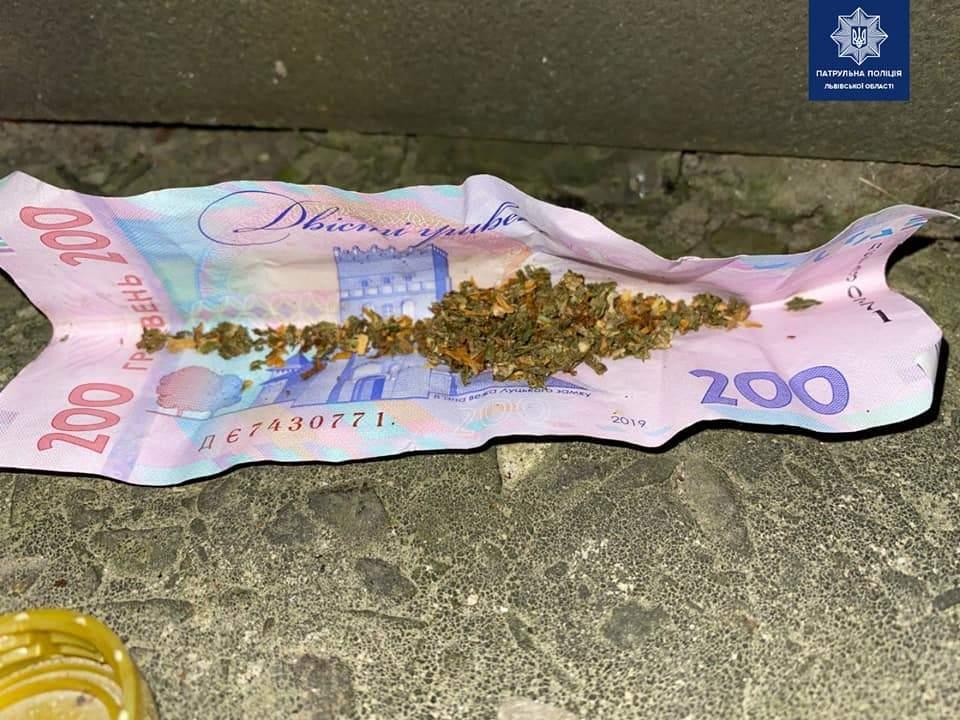 Не пропустив пішохода: у Львові випадково затримали скутериста під наркотиками – фото