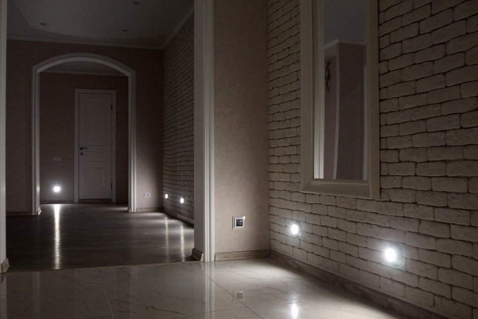 Підсвітка підлоги в коридорі робить пересування безпечним