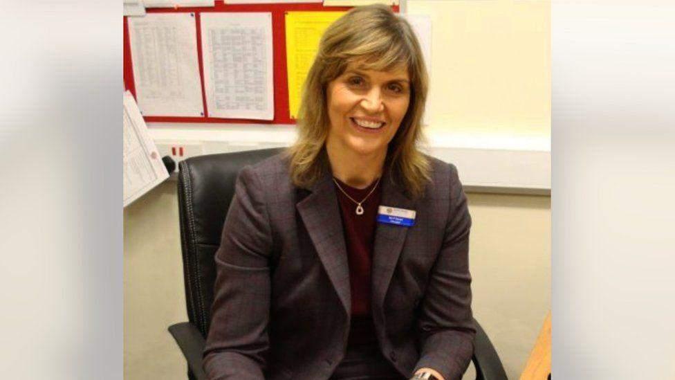 Пола Стюарт, директорка школи