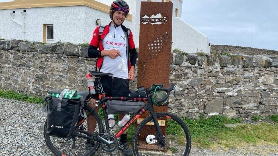Мужчина решил посвятить велопробег бездомным животным