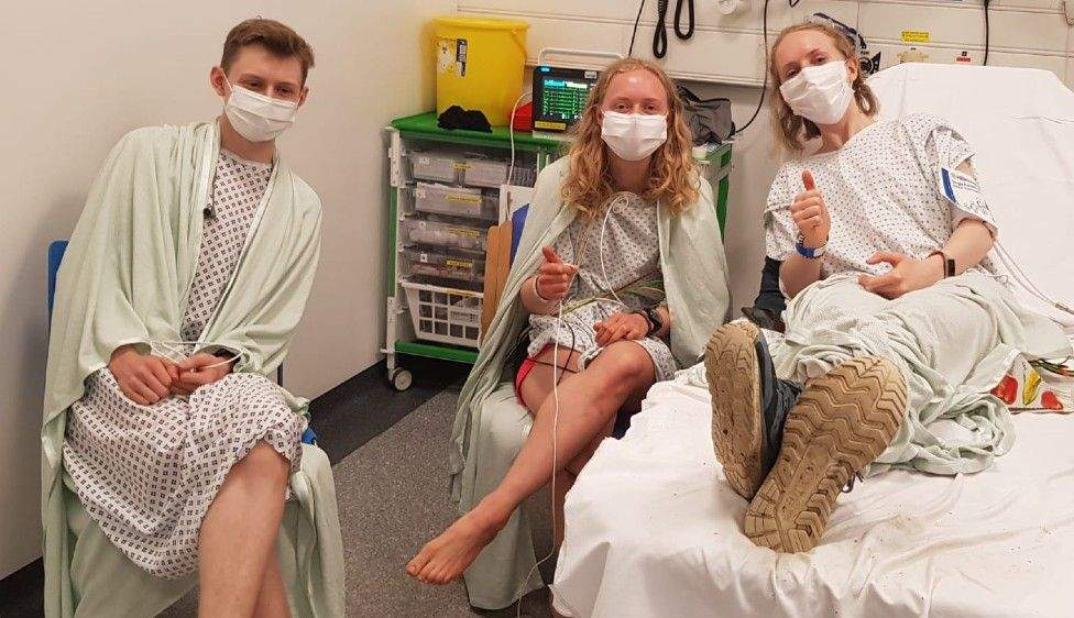 Брат і сестри в лікарні / Фото Isobel Jobson BBC