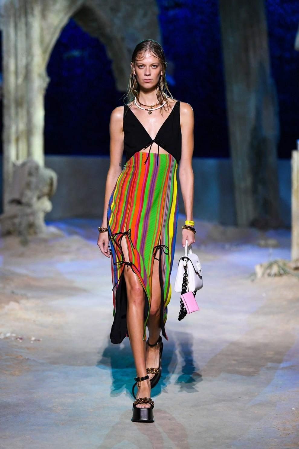 Модні сукні в смужку