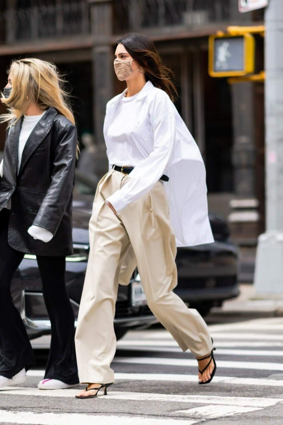 Стильний образ з білою сорочкою