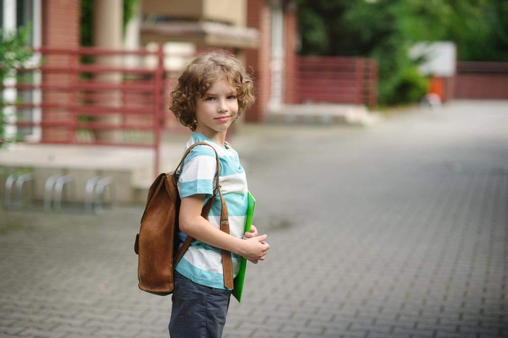 Дитина йде до школи